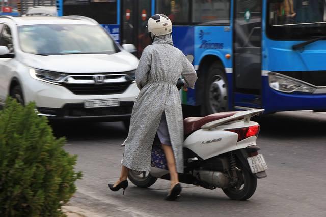 Lạ lùng cảnh hàng trăm người dắt xe máy ngược chiều đối phó CSGT ở Hà Nội 9