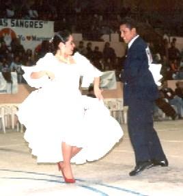 Foto de una pareja bailando marinera limeña