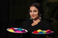 Vidya Balan Playing Holi For Promoting Begum Jaan movie 7.JPG