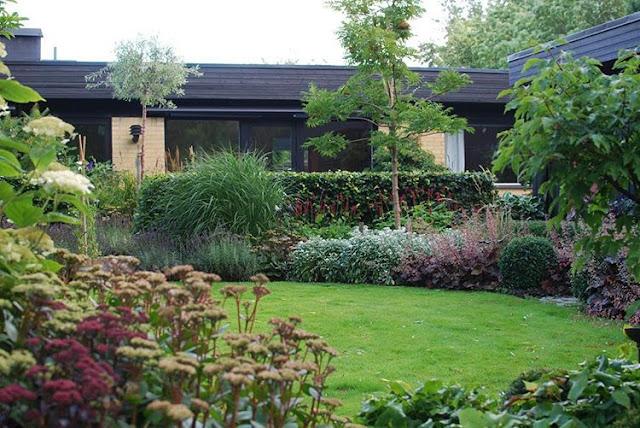 Idag har jeg gleden av å vise deg Marias drøm av en hage - Blomsterbed inn mot boligen fra Marias hage