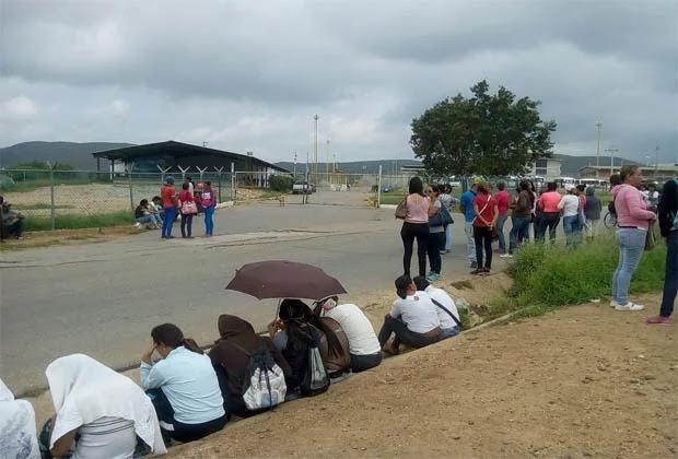 Familiares de presos en Lara hacen colas para saber identidad de fallecidos durante motín