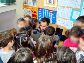 Τα παιδιά αγκαλιάζουν και φιλάνε το Βαγγέλη