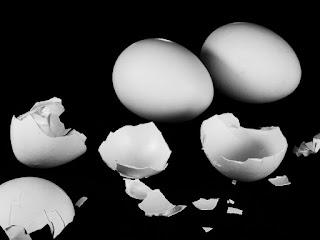 Πώς ξεφλουδίζουμε τα αυγά σε ελάχιστο χρόνο