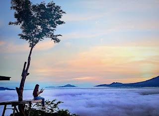 Gaya foto  di gunung atas awan