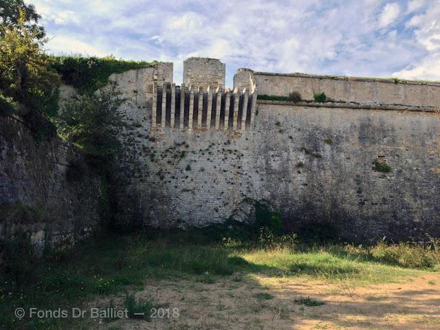 Latrines du château d'Oléron (sur le flanc bas du jardin du gouverneur)