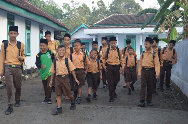 Lebih Baik Mondok daripada Full Day School yang Menabrak Madrasah Diniyah