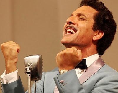Foto de Domenico Modugno cantando con fuerza