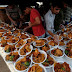 Ramadan : Men arrange food plates for passersby in Karachi