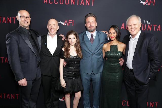 A Hollywoodi Chinese Theatre a legnagyobb, legrangosabb premiergálák helyszíne szokott lenni, és e hét hétfőjén is csupa híresség gyűlt össze az előtte futó vörös szőnyegen. Az év egyik legizgalmasabb, legbevállalósabb thrillere, A könyvelő (The Accountant, hazai bemutató: október 27.) alkotói és vendégeik ünnepelték együtt a film moziba kerülését. A maffia autista könyvelőjét és bérgyilkosát alakító Ben Affleck, filmbeli partnerei, Anna Kendrick, J.K. Simmons és még számos sztár és filmes volt ott. Affleck azonban nehezen mosolygott.