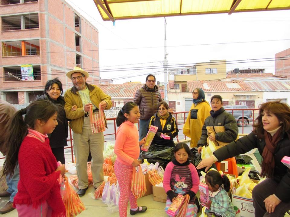 Miembros del club entregando regalos a los niños en Ciudad Satélite / FACEBOOK
