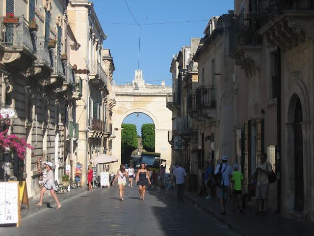 Corso de Vittorio Enmmanuelle con la Puerta Fernandina al fondo