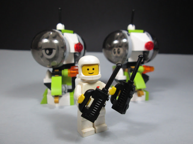 MOC LEGO Spaceman e os robots - tudo controlado!