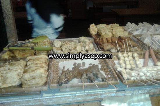 NIKMAT : Berbagai menu khas Angkringan Jogja juga di sajikan di Angkringan Uray Bawadi ini. Nikmat dan harga terjangkau. Silahkan pilih kesukaan anda. Foto Asep Haryono