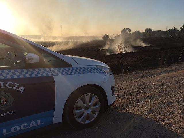 Incendio zona de pastos con vehículo de la Policia Local en primer plano. IMAGEN FACEBOOK POLICIA LOCAL ILLESCAS