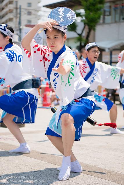 高円寺、熊本地震被災地救援募金チャリティ阿波踊り、東京新のんき連の舞台踊り、男踊りする女性の踊り手の写真