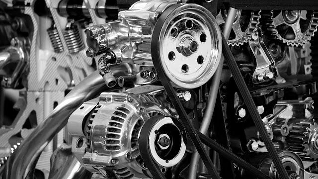 interior de un motor con correas de transmisión