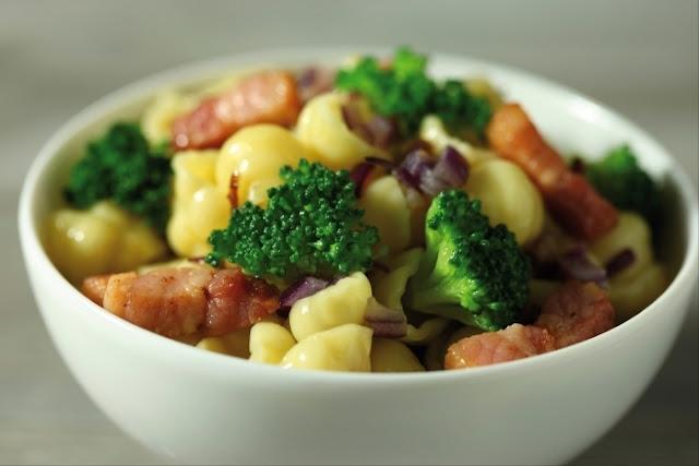 Recette de Gnocchi aux brocolis, oignons rouges et lardons fumés