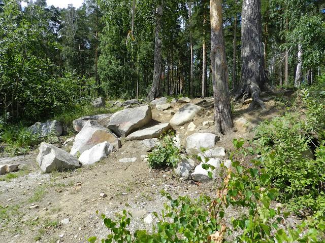 Крупные камни на берегу озера Аракуль