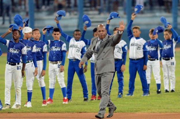 El compromiso y la entrega al béisbol de Carlos Tabares no cabrían tampoco en un Latinoamericano abarrotado, con 50 000 voces que le dijeron: ¡Gracias, Tabares!