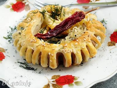 Kwiatuszki z kiełbasek i ciasta francuskiego