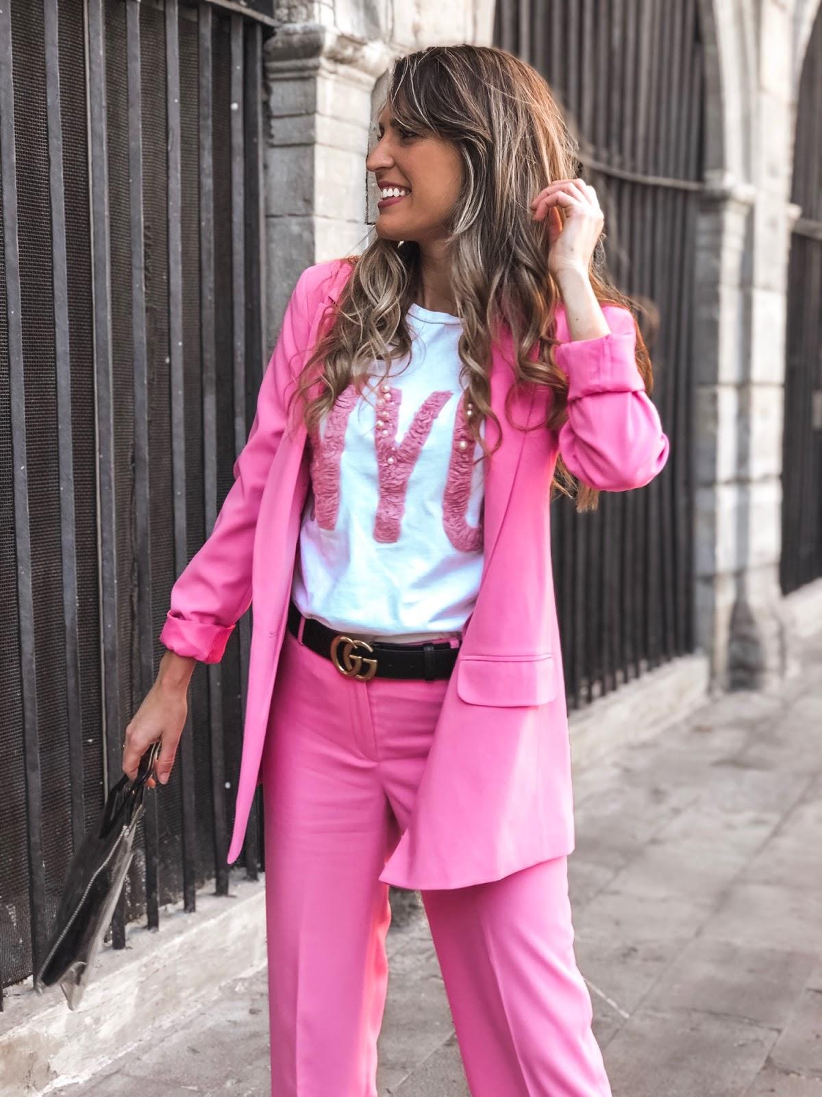 traje monocolor rosa