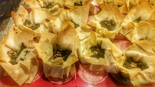 Fertig gebacken Knusprige vegane Spinattörtchen im Filoteig