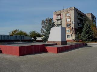 Васильківка. Постамент пам'ятника Леніну і порожня дошка пошани