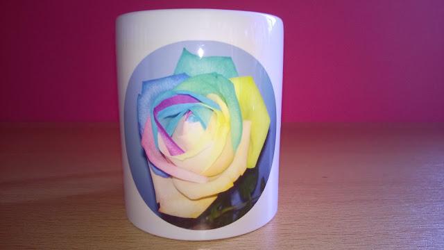 Weiße Tasse mit bunter Rose