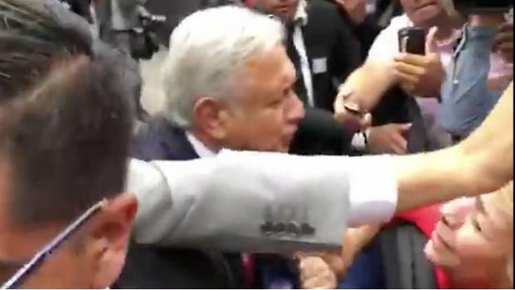 Video: Le piden beso a AMLO a su llegada a encuentro con gobernadores