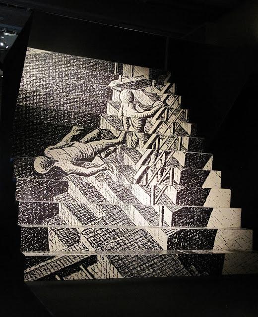 Obra com efeito ótico com escada.