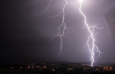 Lightning image 1140x732 - Ο καιρός για 16-17 Ιουνίου: Πολλές βροχές και καταιγίδες
