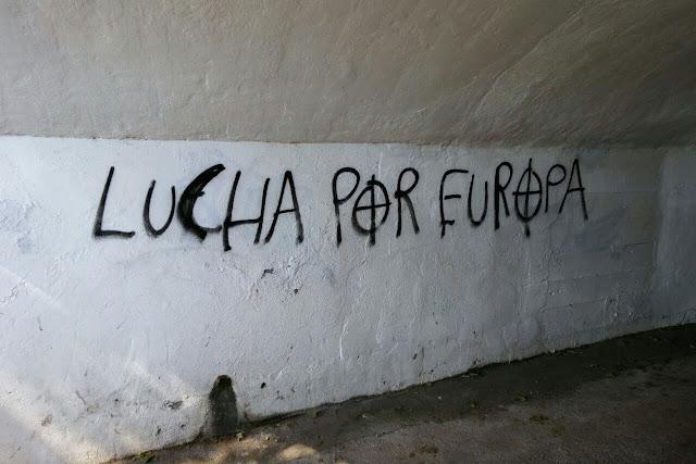 Pintada con símbolos fascistas en un túnel de Lutxana