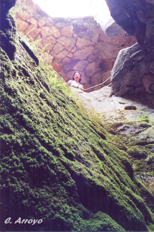 Vista de la gruta desde fuera por una especie de chimenea de boca ancha, Parque del Pasatiempo en Betanzos