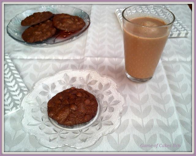 Merienda con galletas de chocolate y pecanas