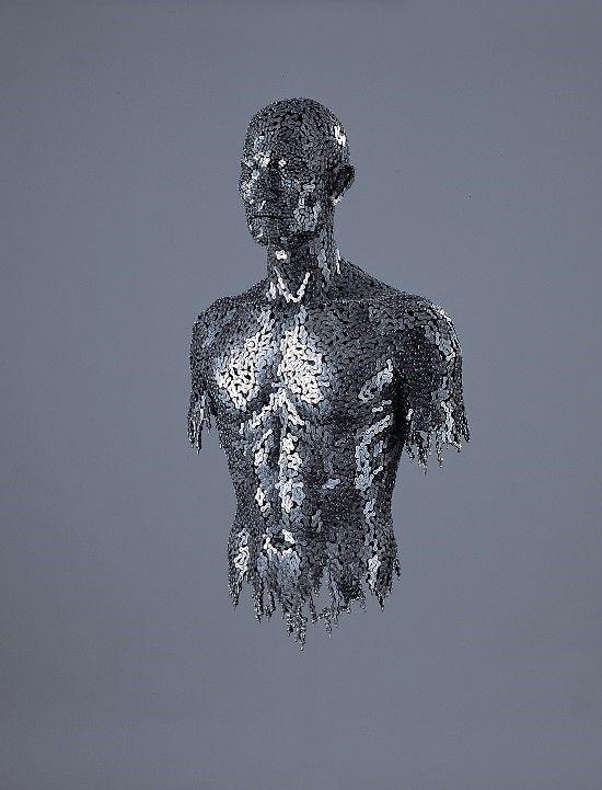Esculturas de figura humana hechas con cadenas.