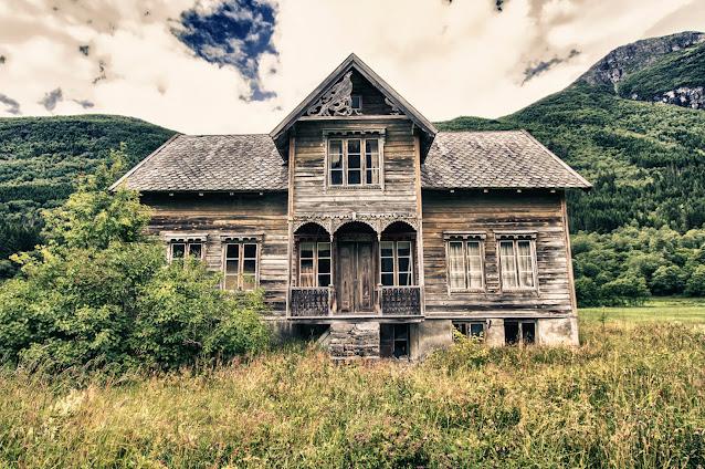 Casa di legno abbandonata