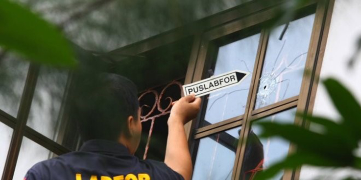 Petugas Puslabfor Bareskrim Mabes Polri melakukan olah Tempat Kejadian Perkara (TKP) kejadian Penembakan rumah anggota DPR Komisi 1 Jazuli Juwaini di Ciputat, Tangerang Selatan.