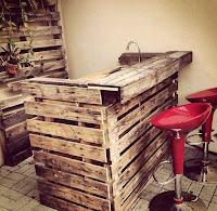 barra hecha con palets de madera reciclados