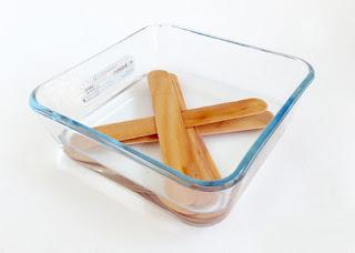 Rendam stik es krim pada air mendidih agar mudah dibentuk