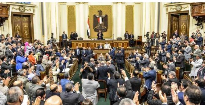 مجلس النواب يجمع توقيعات اعضاؤه لسحب الثقة من حكومة المهندس شريف اسماعيل لاقالتها
