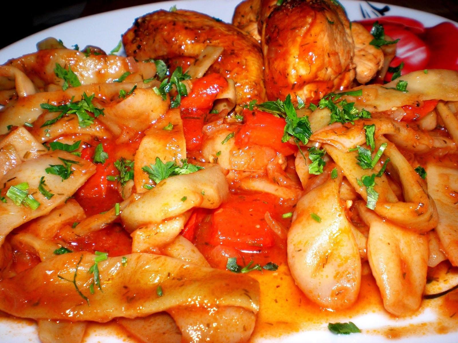 Piept de pui și fasole cu sos de tomate