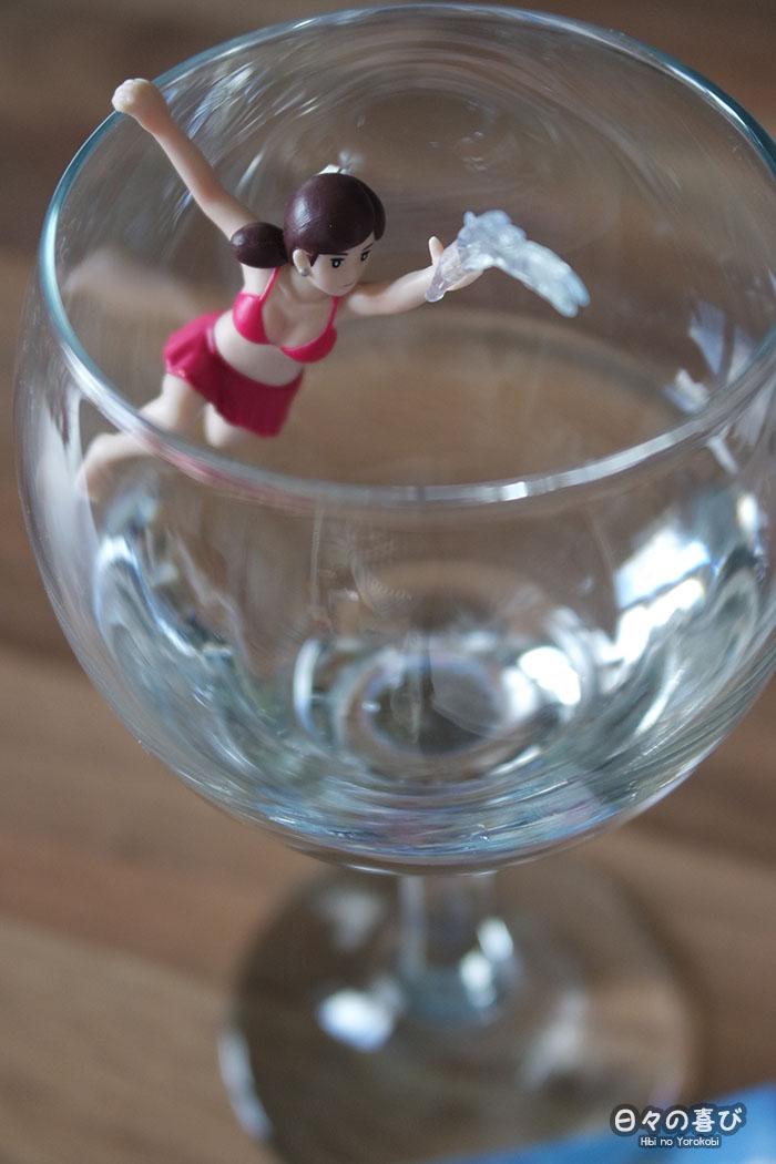 focus fuchiko version été en pareo et bikini sur un verre à pied