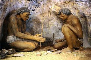 belajar membuat api dari kayu oleh manusia purba Cina di gua