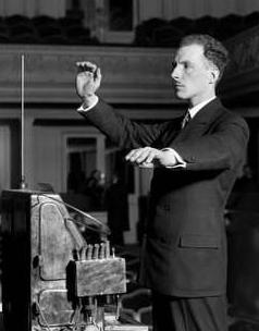 Léon Theremin sedang memainkan alatv musik Theremin
