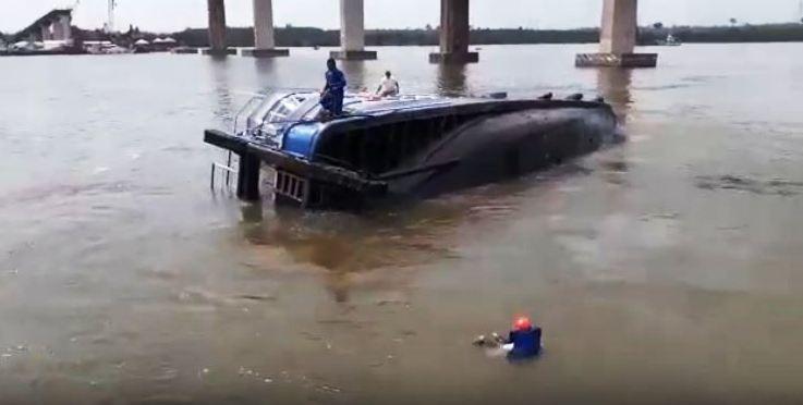 Rebocador afunda sob a ponte da Alça Viária no rio Moju; veja o naufrágio