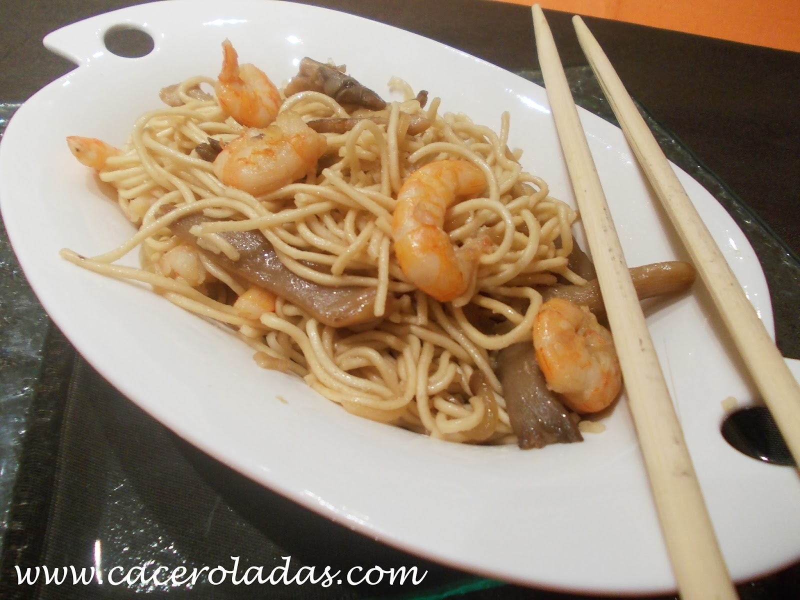 Fideos chinos con gambas y setas