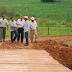 Prefeitura constrói desvio em estrada rural após ponte ser levada pelas chuvas
