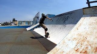 鵠沼スケートパークでドロップスルーロングボードサーフスケート練習