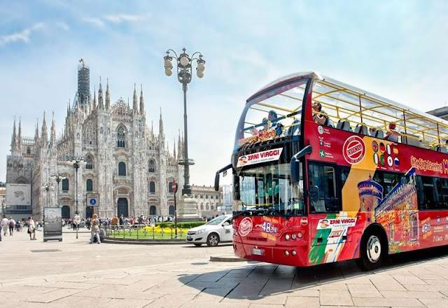 Ônibus turístico na frente da Piazza del Duomo