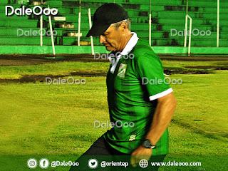 Néstor Clausen técnico de Oriente Petrolero al momento de ingresar a los camerinos antes que termine el partido - DaleOoo